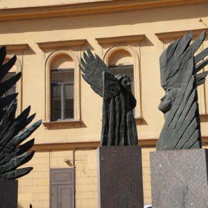 Необычные памятники на улице Правды