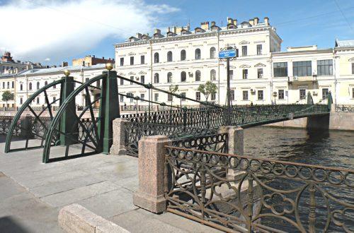 Висячий Почтамтский мост через реку Мойку