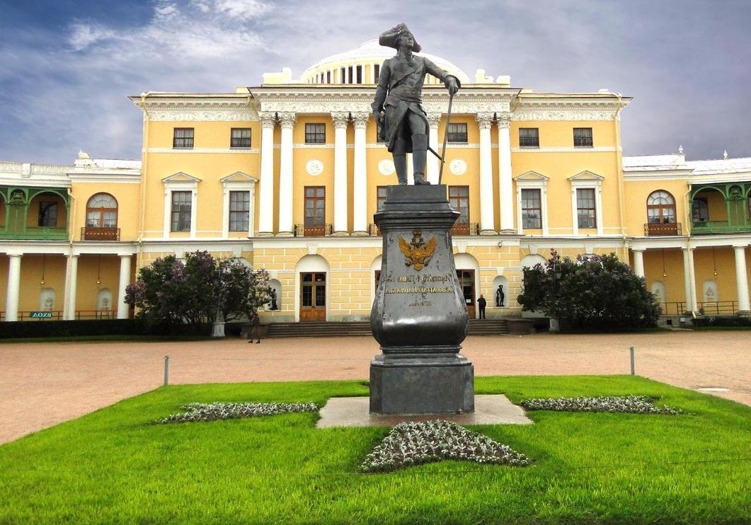 Памятник Павлу I перед Павловским дворцом