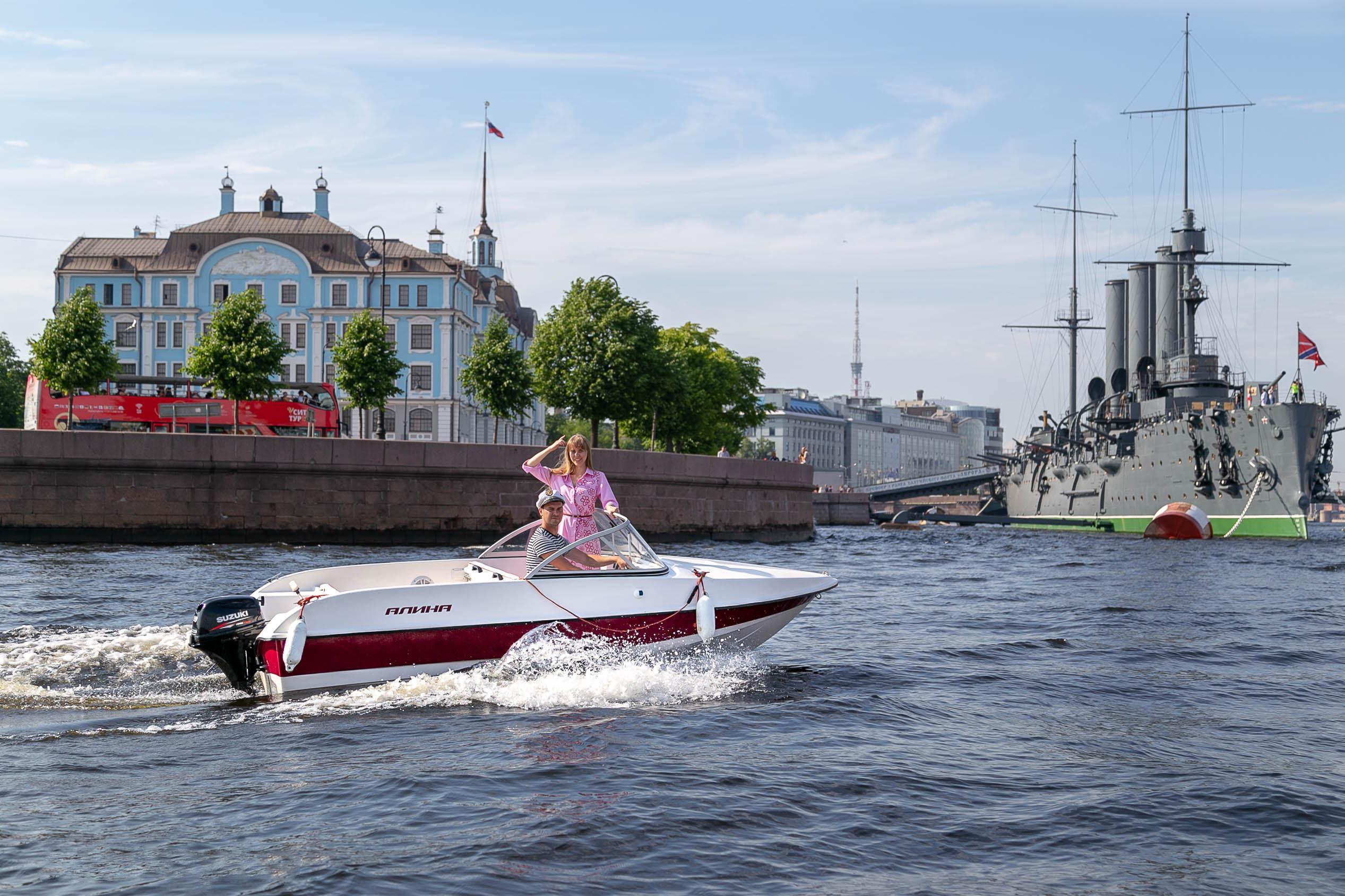 Индивидуальные прогулки на катере по рекам и каналам Санкт-Петербурга