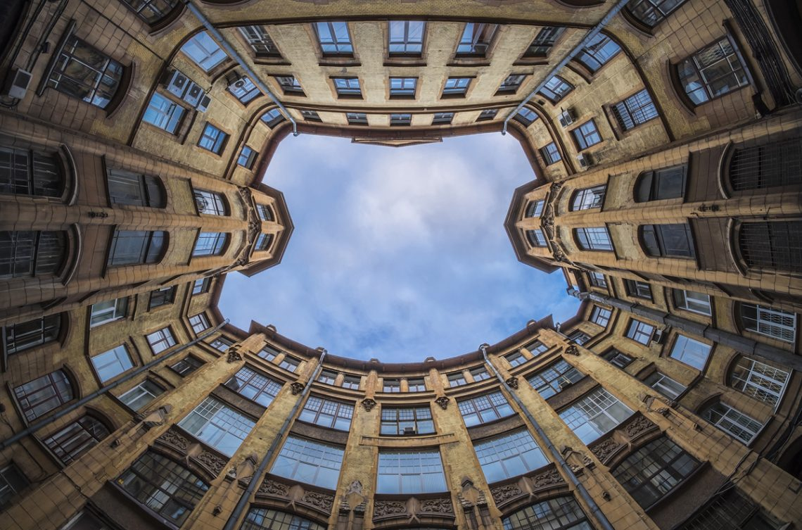 Лучшие экскурсии по дворам и парадным Петербурга в 2021 году