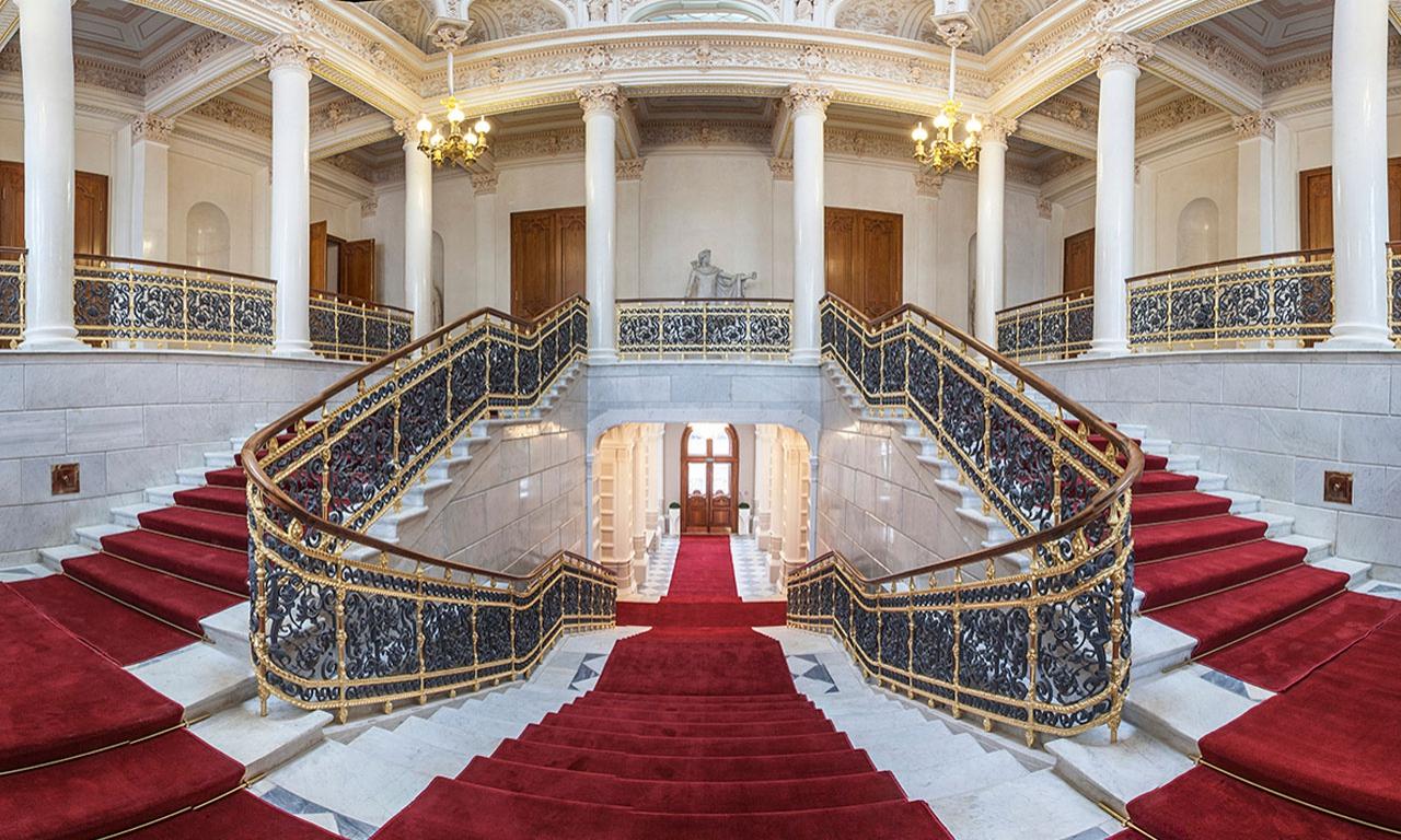 Парадная лестница во дворце Нарышкиных-Шуваловыхмузея (музей Фаберже в Питере)