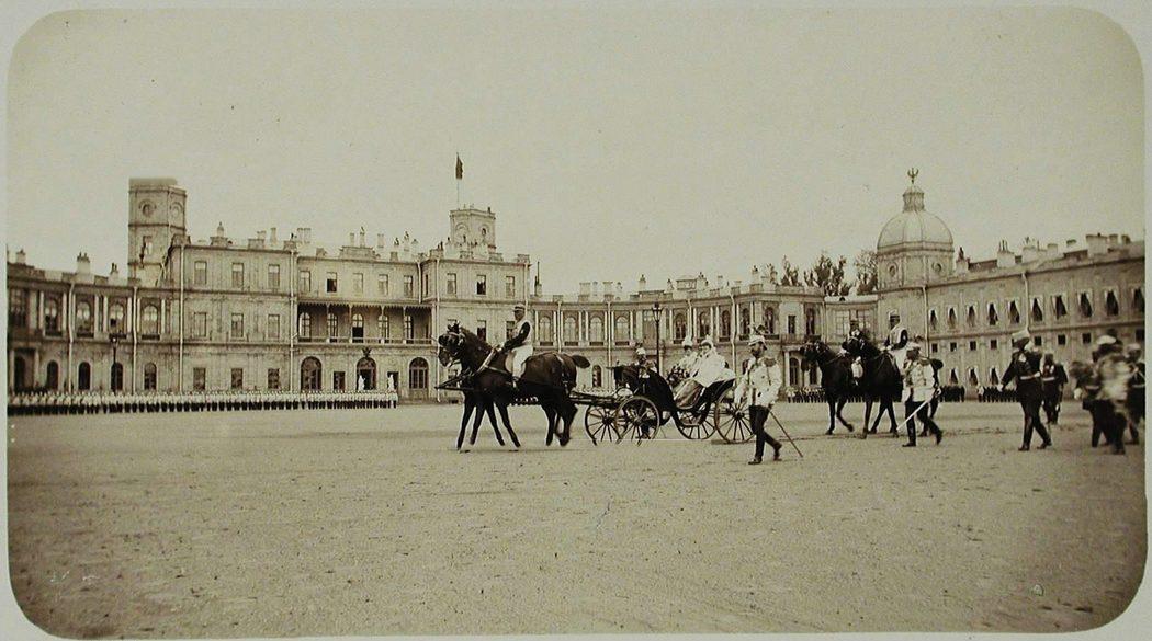Император Николай II и императрица Мария Федоровна принимают парад полка перед Гатчинским дворцом