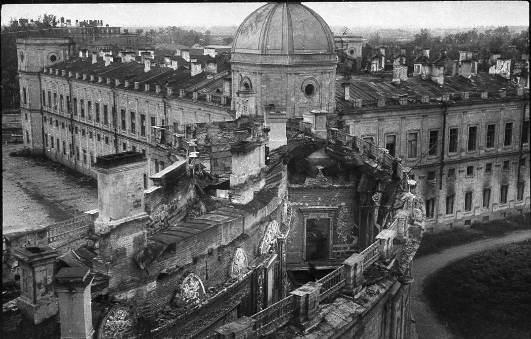 Разрушенная Чесменская галерея Гатчинского дворца, 1944г.