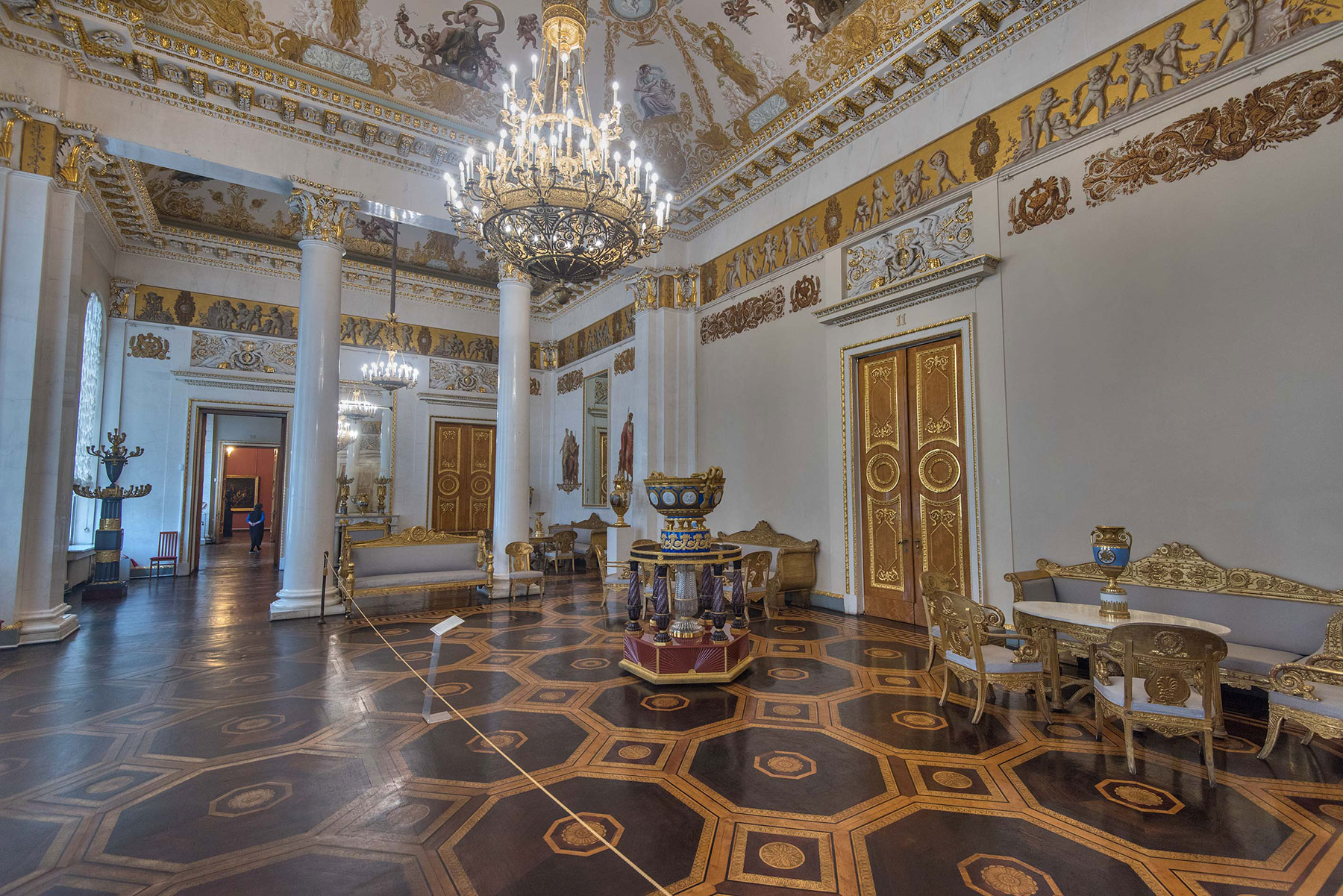 Белый (Белоколонный) зал в Михайловском дворце