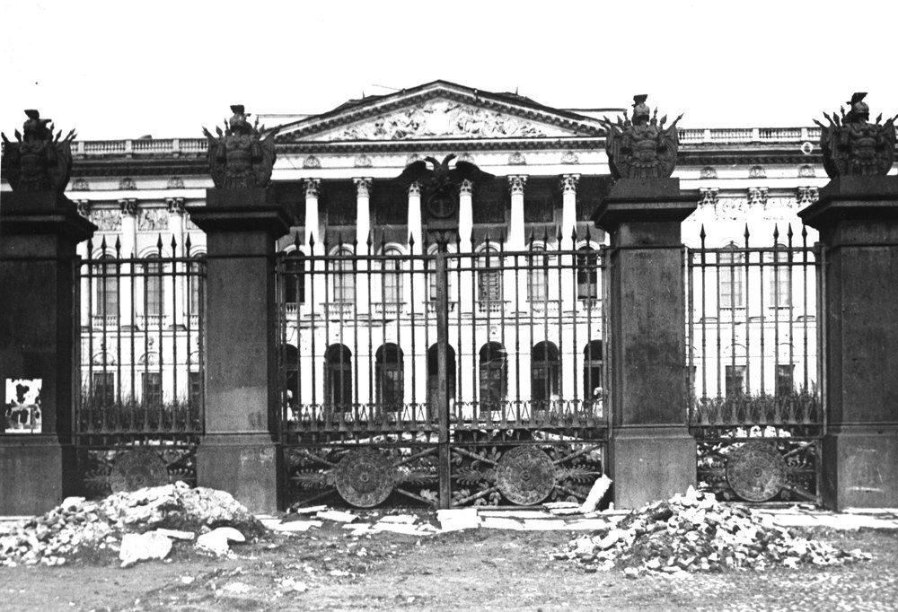 Перед фасадом Михайловского дворца. 1944-1944г.