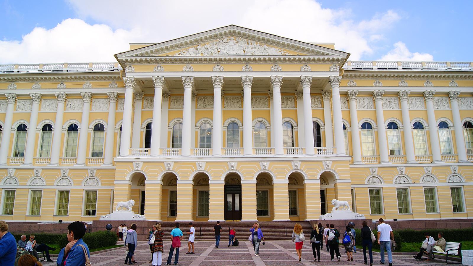 Центральный вход в Михайловский дворец