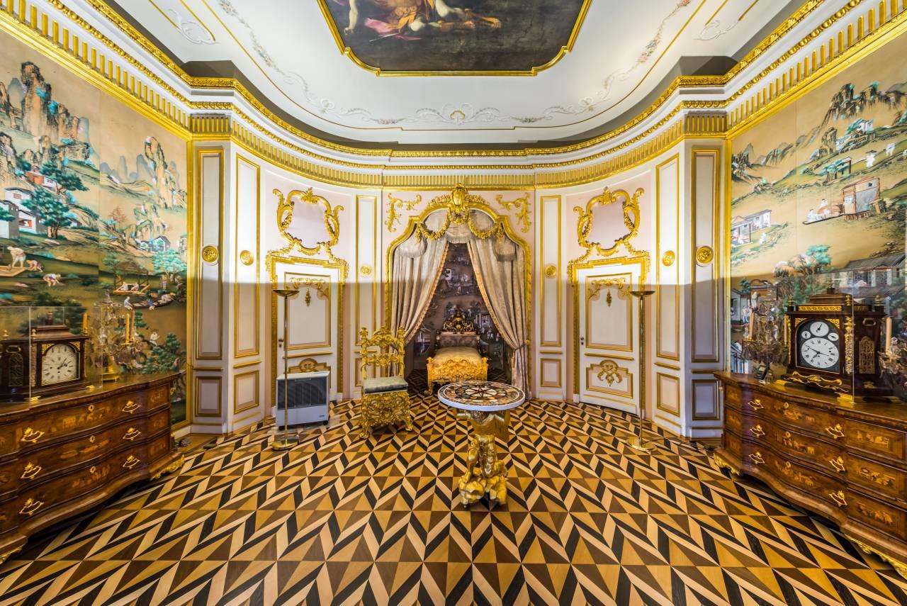 Коронная комната в Большом петергофском дворце