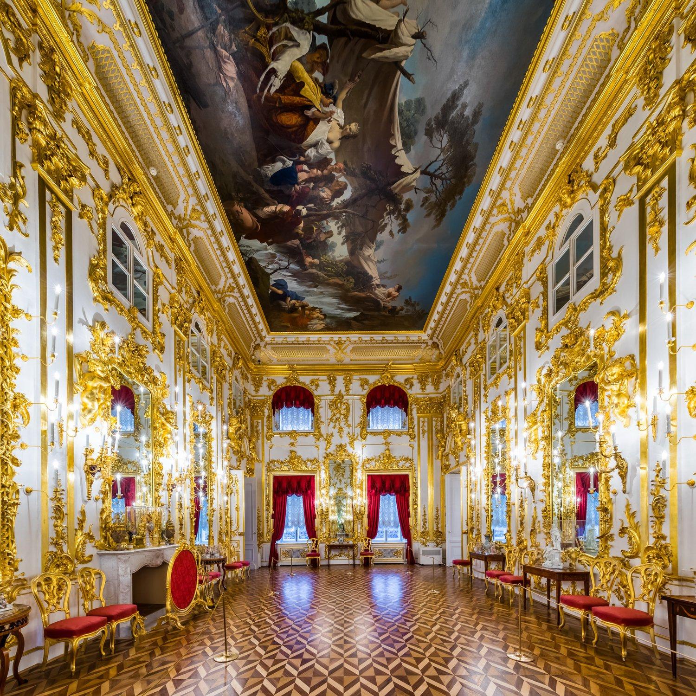 Танцевальный (купеческий) зал в большом петергофском дворце