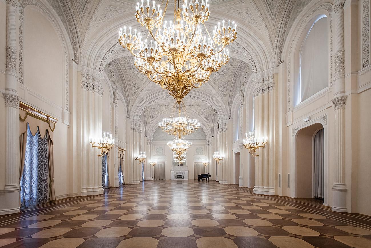Белый зал в Мраморном дворце в Санкт-Петербурге