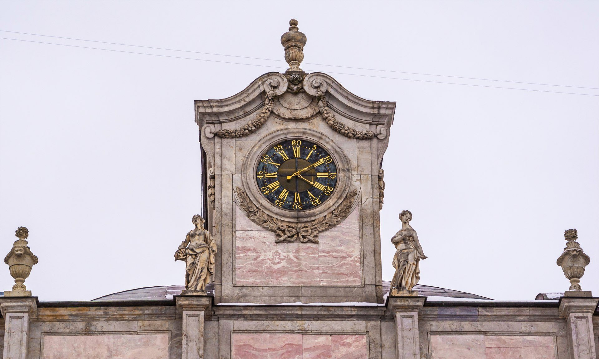 Часовой павильон с курантами и две скульптуры Мраморного дворца «Верность» и «Щедрость»