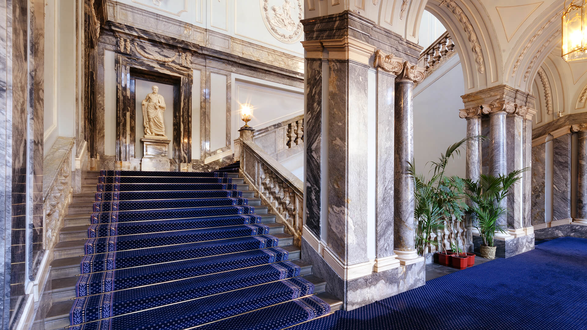 Парадная лестница Мраморного дворца в Санкт-Петербурге
