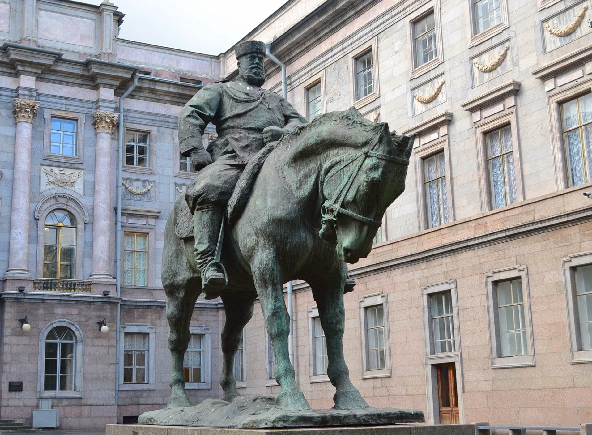 Памятник Александру III перед Мраморным дворцом в Питере