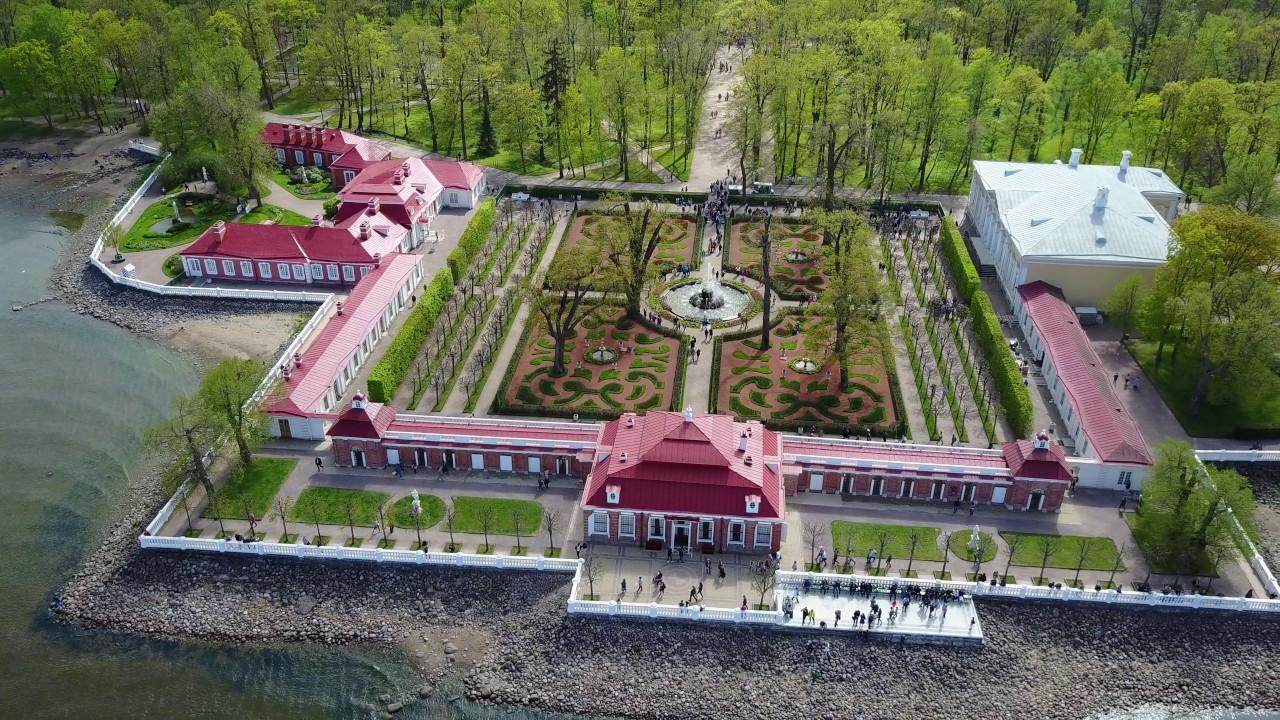 Ансамбль восточной части нижнего парка Петергофа сверху: дворец «Монплезир», музей «Банный комплекс» и «Екатерининский корпус»