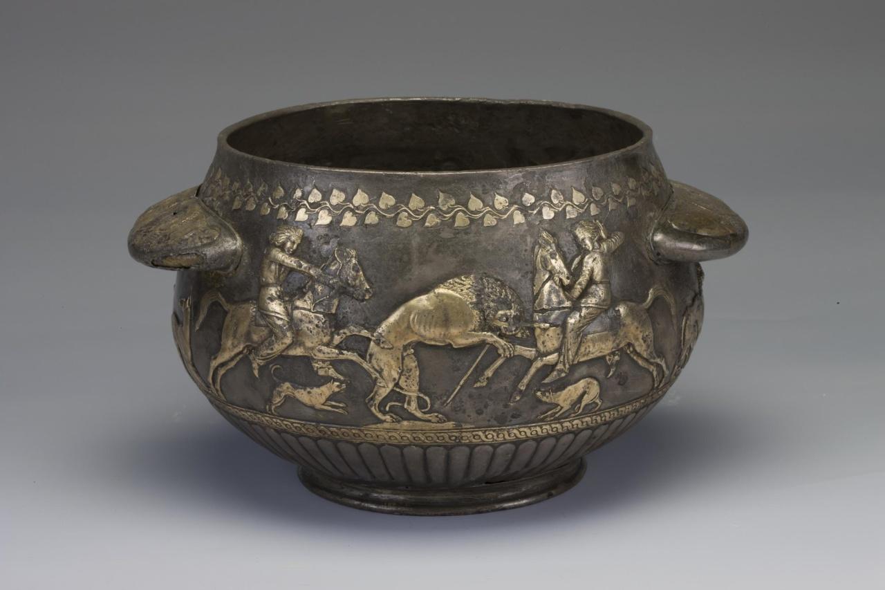 Скифский сосуд со сценой охоты на львов в Бриллиантовой кладовой Эрмитажа