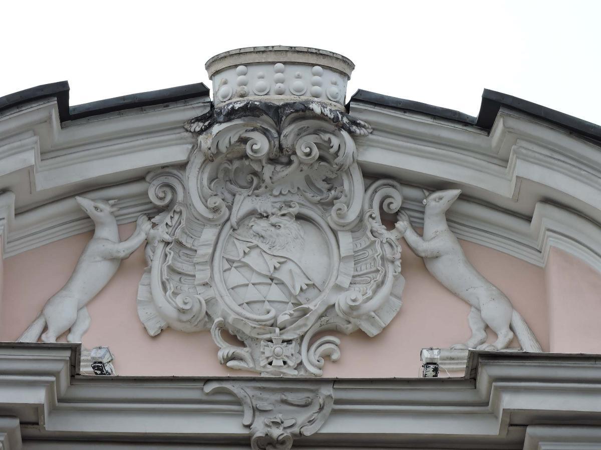 Родовой герб Строгановых на фасаде дворца в Питере