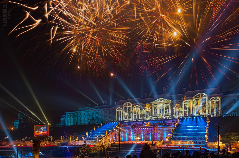 Лазерное шоу праздника закрытия фонтанов в Петергофе
