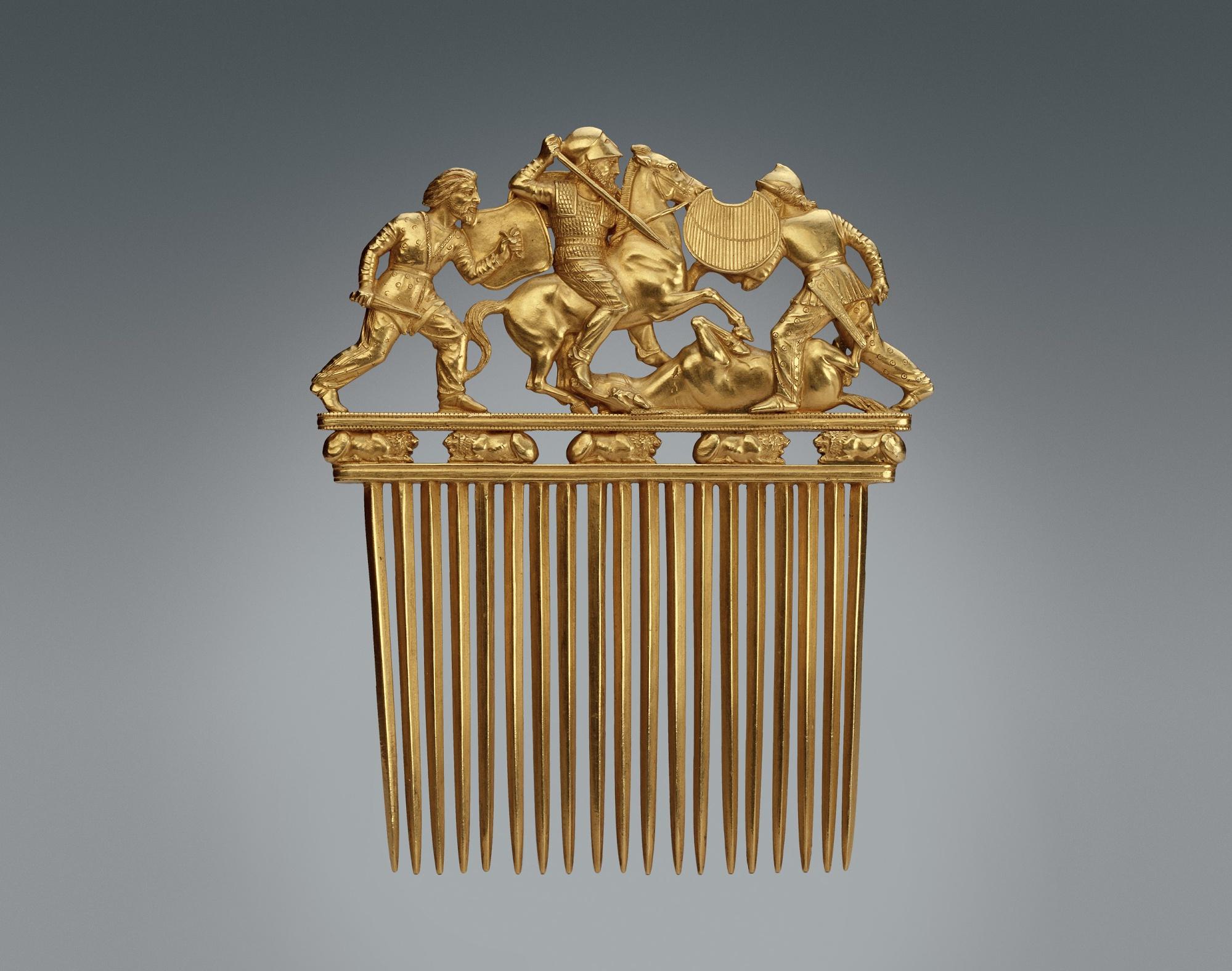 Золотой гребень из кургана Солоха в Золотой кладовой Эрмитажа