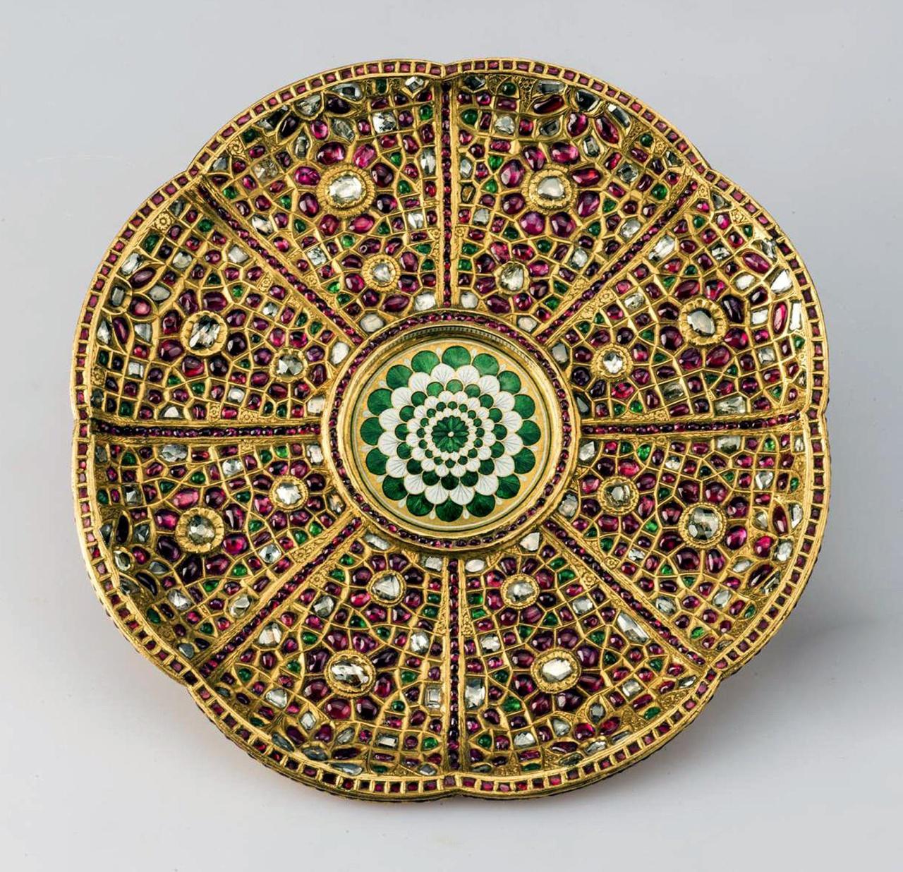 Золотая тарелка из 8 лепестков в Золотой кладовой Эрмитжа
