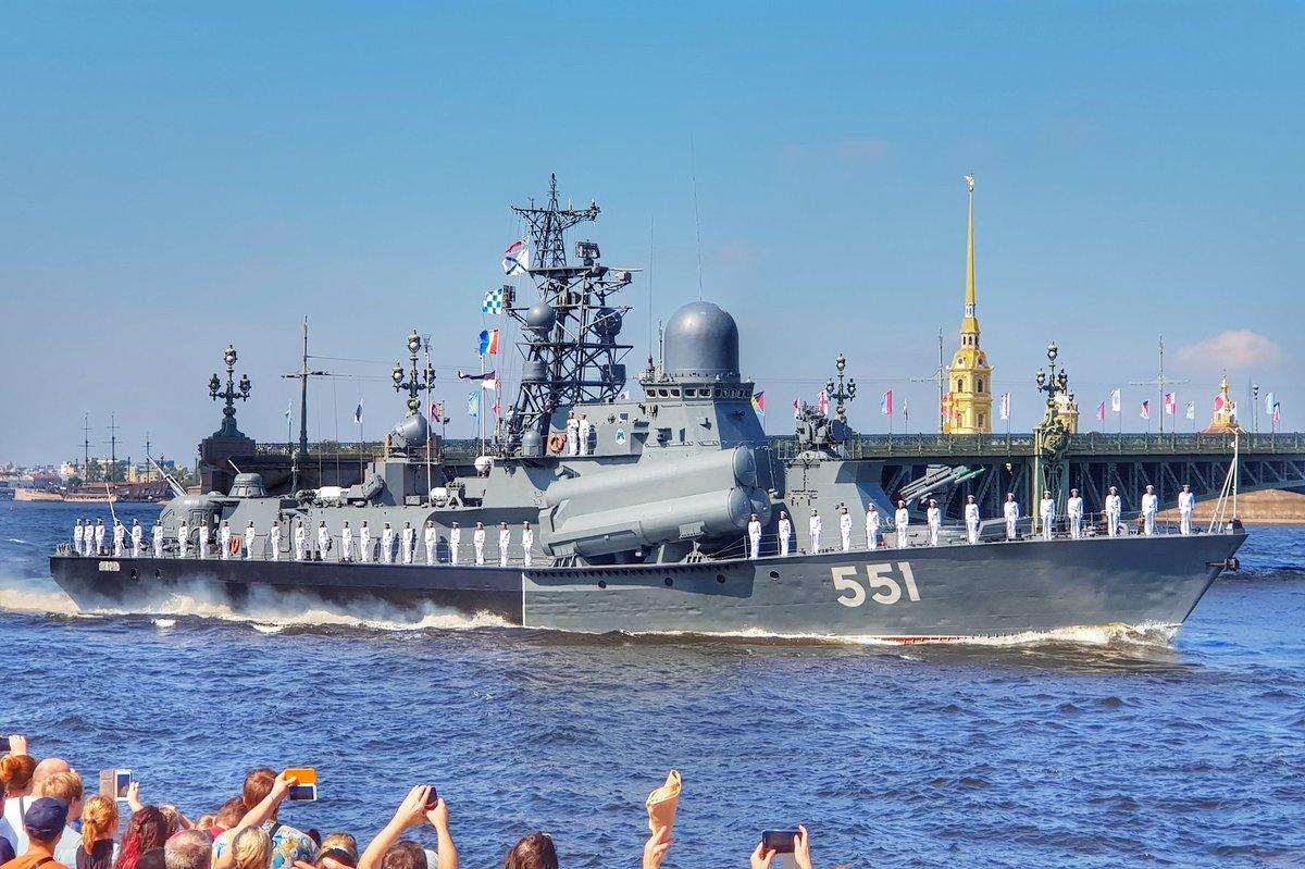 Вид с Дворцовой набережной в день ВМФ в Питере