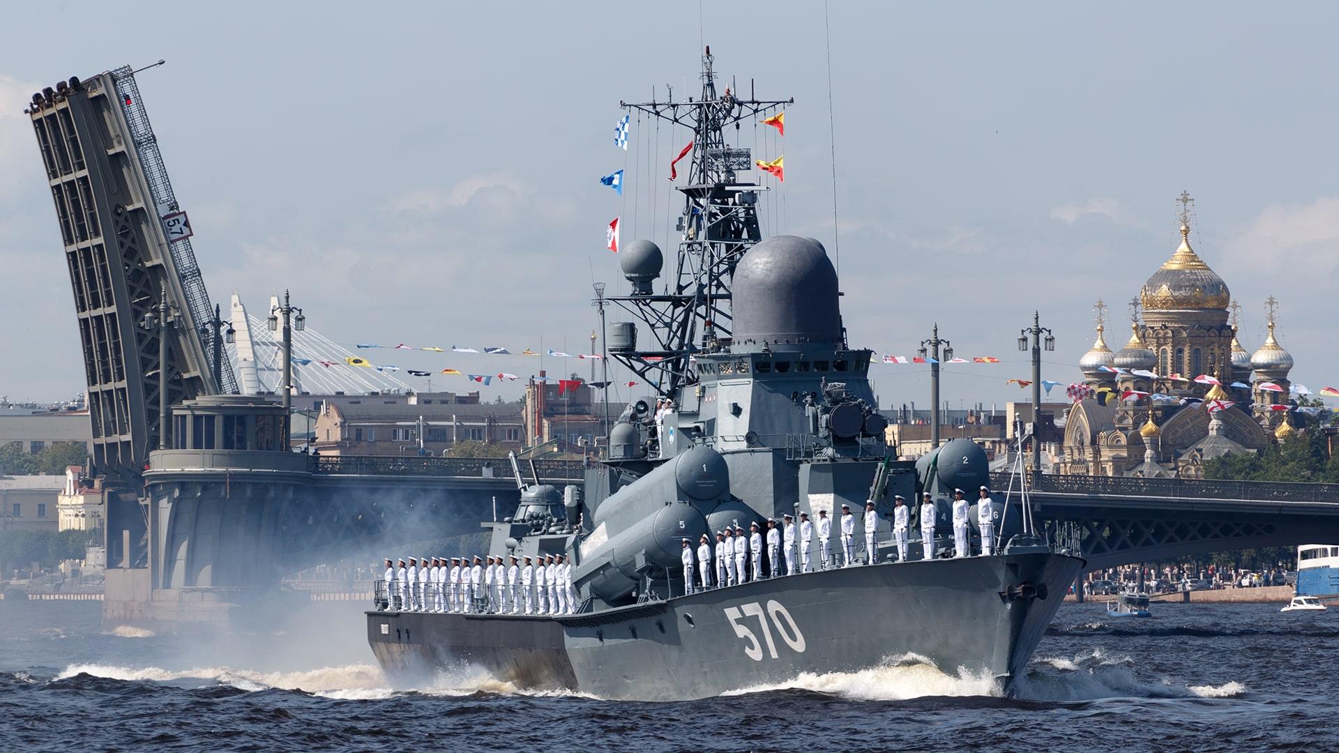 Военно-морской парад в Санкт-Петербурге на день ВМФ
