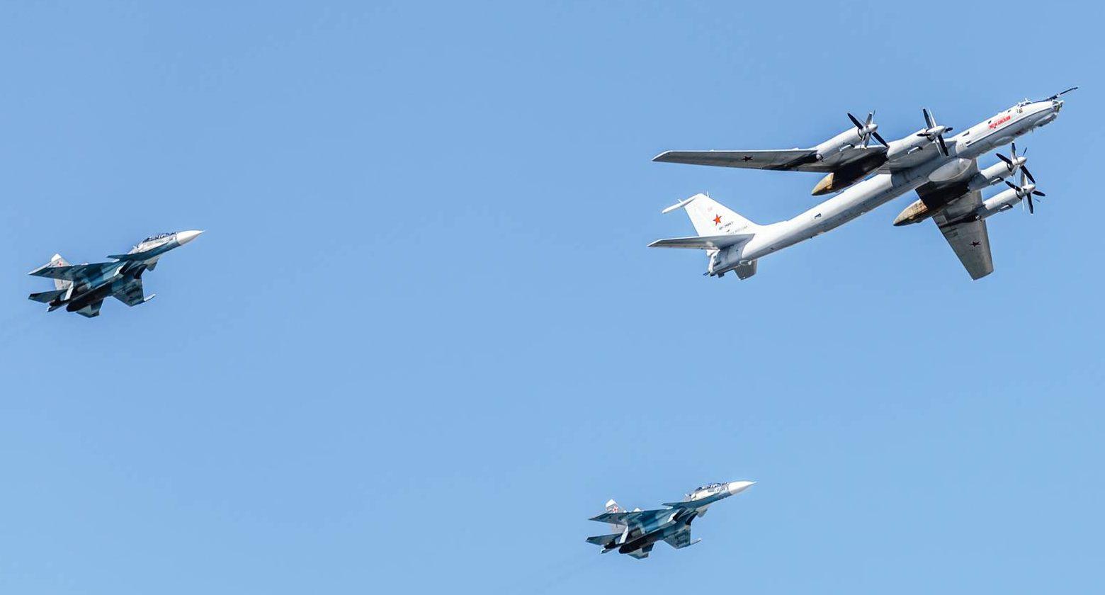 Пролет самолетов на День ВМФ России в Санкт-Петербурге