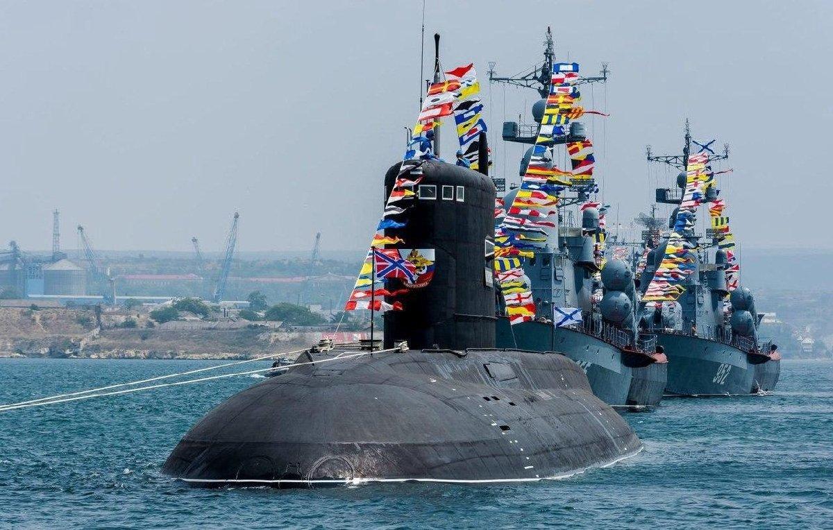 Парад кораблей и подводных лодок на день ВМФ в Санкт-Петербурге