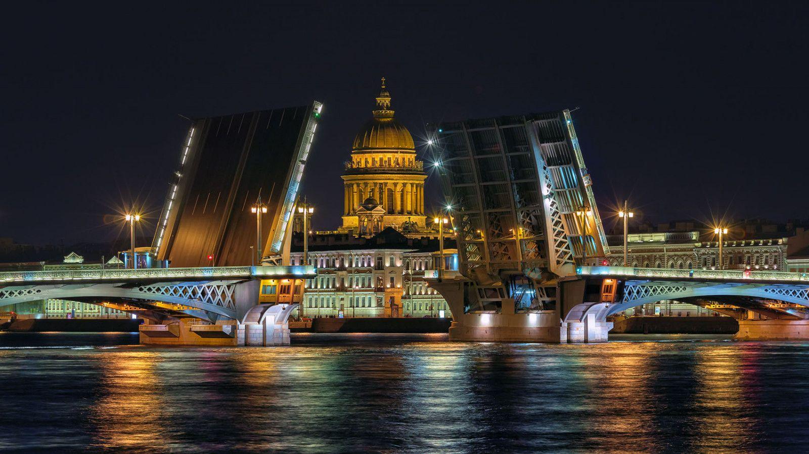 Водная экскурсия и развод мостов в Санкт-Петербурге
