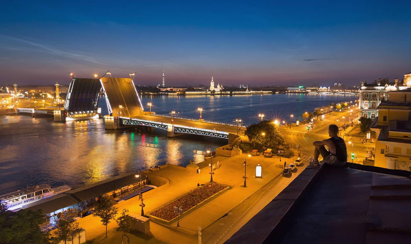 Развод мостов с крыши в Петербурге