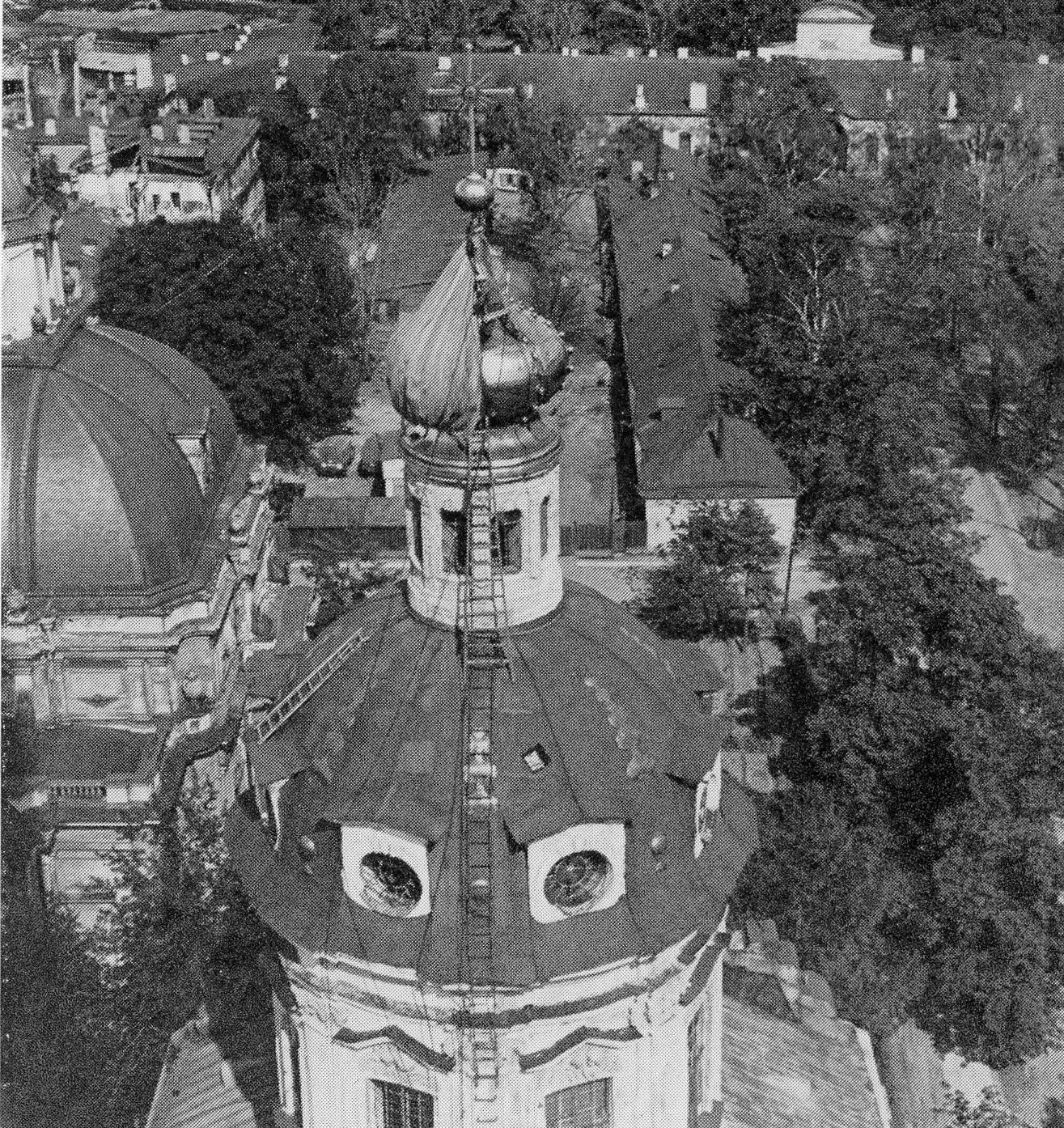 Снятие маскировочного чехла с купола Петропавловского собора 1944 год
