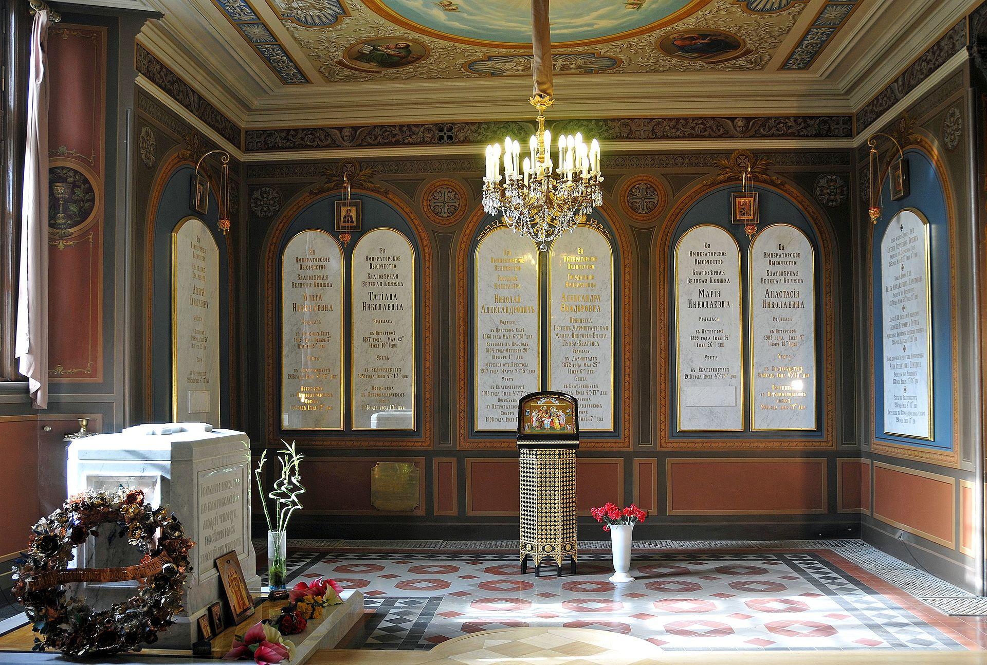 Захоронение императора Николая II и его семьи в Екатерининском приделе Петропавловского собора