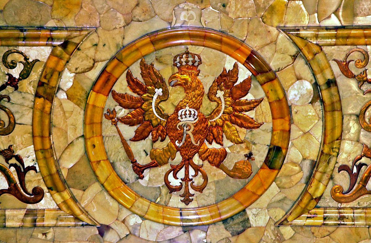 Прусский герб с одноглавым черным орлом и монограммой Фридриха I в Янтарной комнате